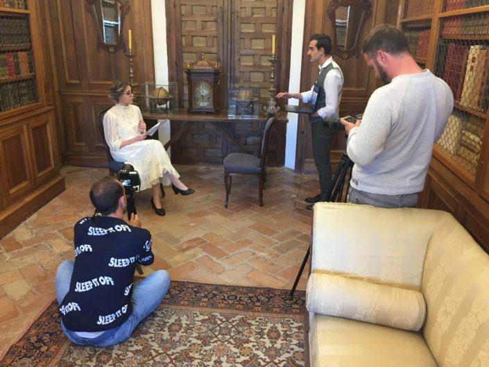 Jordi Vidal (sentado) y Rafael Alcaide (de pie) recogen la entrevista ficticia de la periodista María de Híspalis (Victoria Castillo) a D. Antonio Jaén Morente (Rafa Blanes).